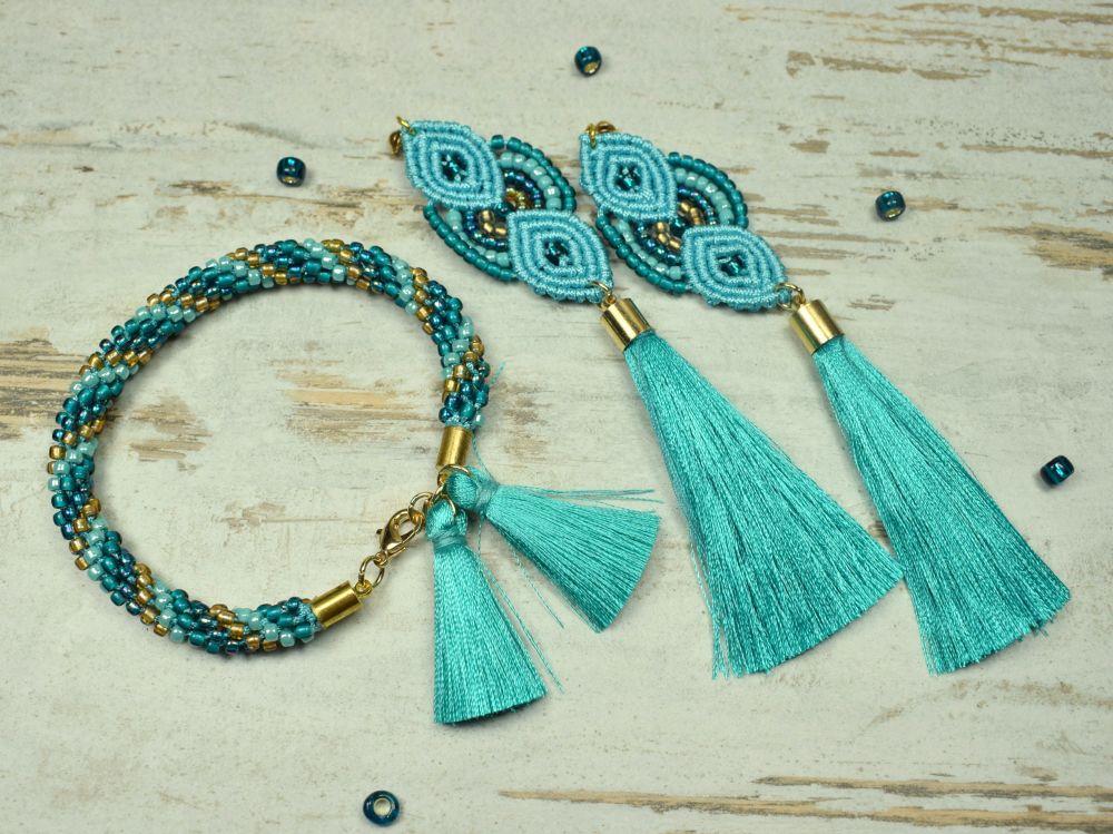 turkusowa biżuteria, długie kolczyki frędzle i turkusowa bransoletka z koralików